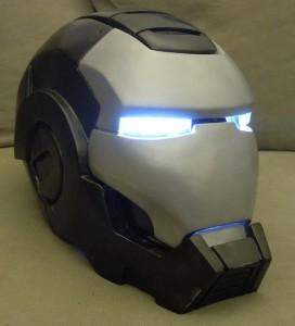 Tjrs le même casque de war machine peint et équipé de lumière pour les yeux.